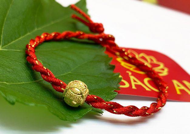 Vòng chỉ đỏ sợi ánh vàng kết hợp Charm Si Vàng. Mang lại may mắn trong công việc, tiền tài, tình duyên